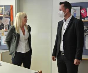 Bundesminister Mückstein im Gespräch mit Monika Arzt, Leiterin der Abteilung für die österreichweite Einhebung der Ausgleichstaxe
